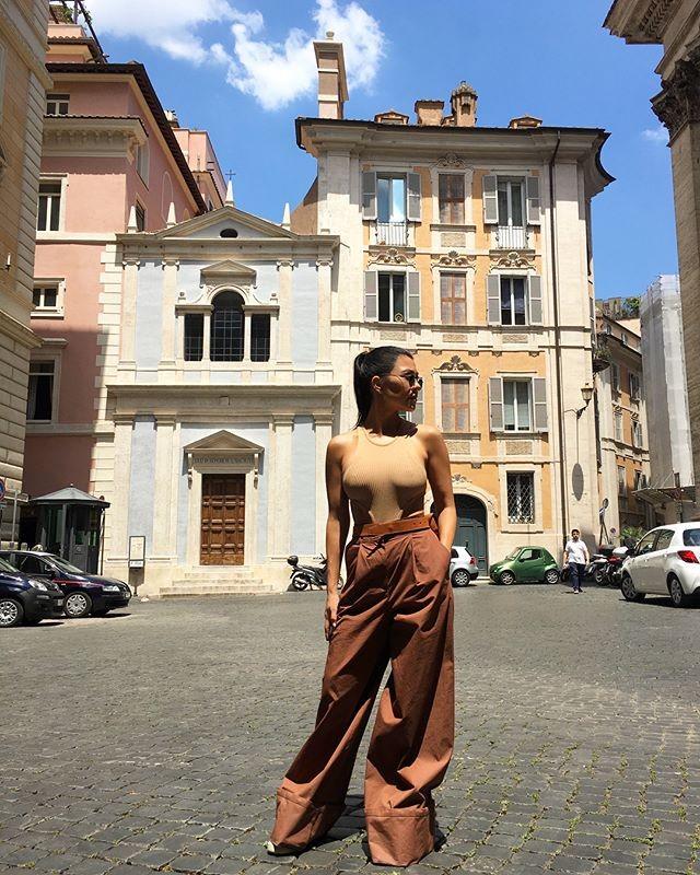 Kourtney Kardashian posa em Roma, na Itália, com visual monocromático (Foto: Reprodução/Instagram)