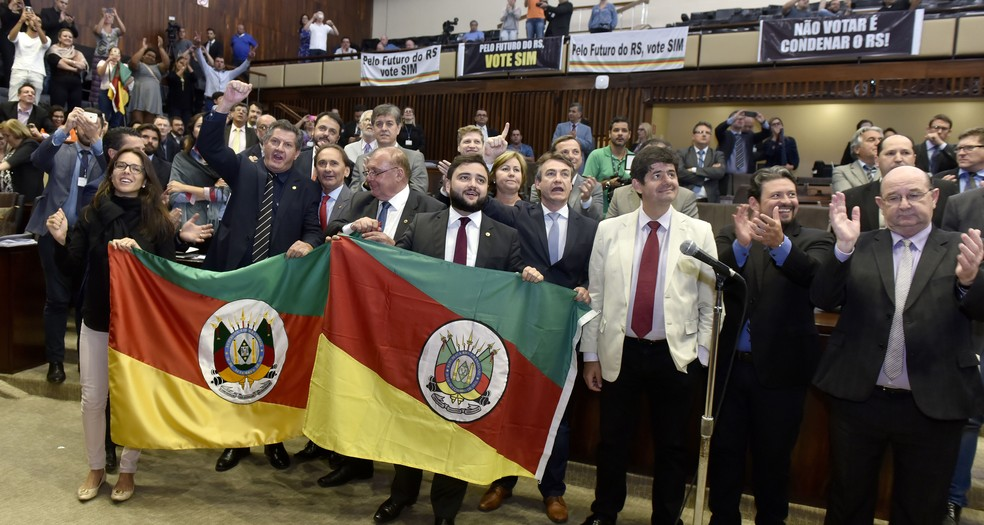 Governistas comemoram resultado da votação na madrugada desta quinta-feira (Foto: Vinicius Reis/Agência ALRS)