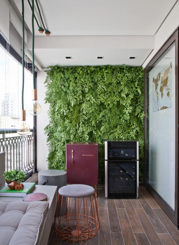O jardim vertical conta com um tratamento especial para manter as espécies desidratadas sempre verdinhas (Svetlana Plantas).  (Foto: Luís Gomes)