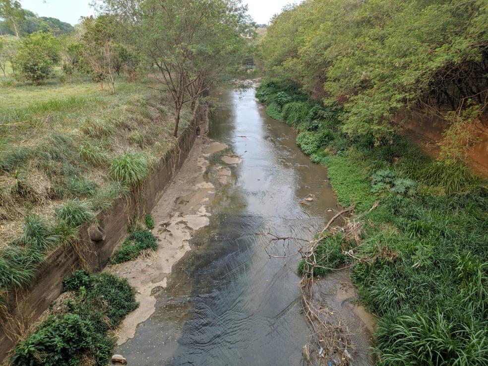 Corpo foi encontrado às margens do Córrego do Veado — Foto: Cláudio Ferreira/TV Fronteira
