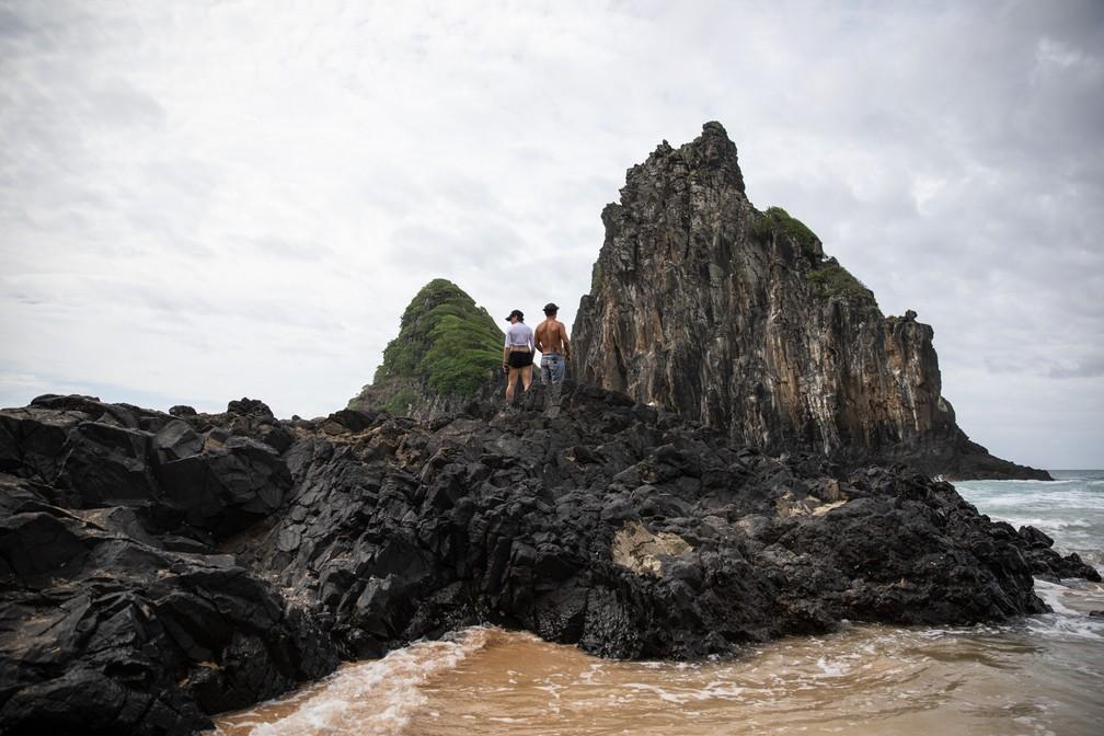 Dois Irmãos são ponto turístico importante à beira da Cacimba do Padre, em Fernando de Noronha — Foto: Fábio Tito/G1
