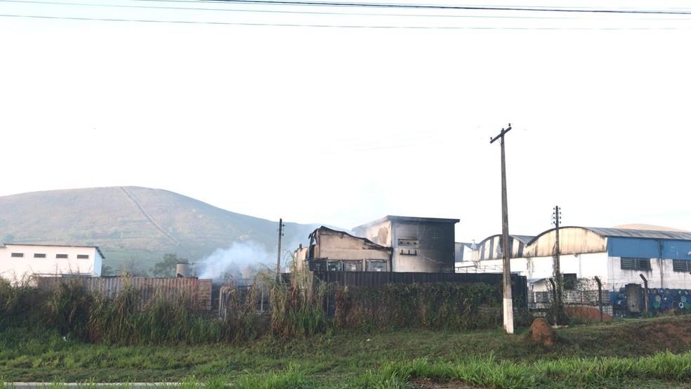 Incêndio atinge fábrica de tintas às margens da rodovia BR-459 em Piquete, SP — Foto: Pedro Melo/TV Vanguarda