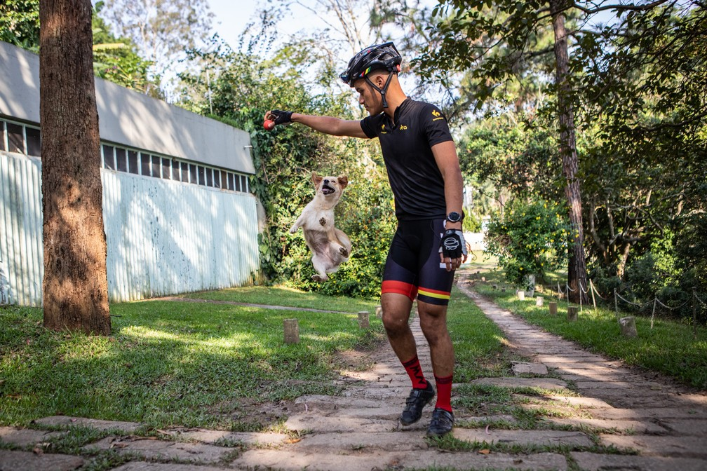 Ciclista adota cachorrinha às margens do Rio Guarapiranga, na Zona Sul de SP, e eles se tornam melhores amigos — Foto: Fabio Tito/ G1