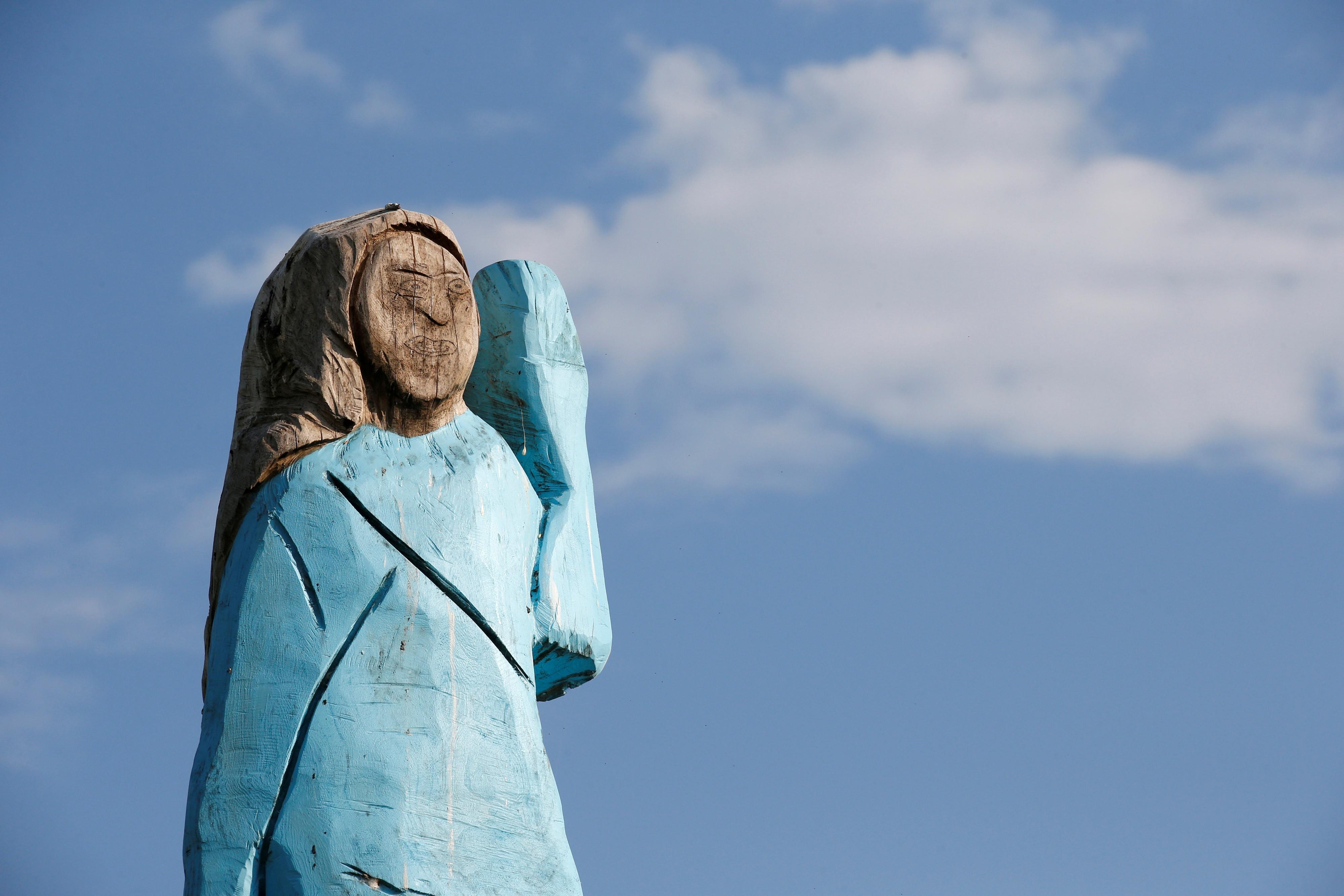 Estátua de Melania Trump é queimada na Eslovênia