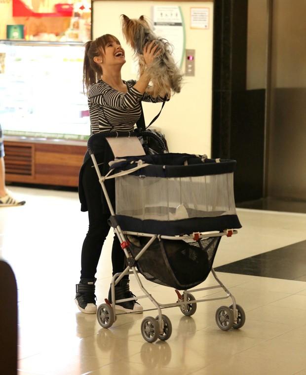 Carla Diaz e o cachorrinh Chaplin (Foto: Thiago Martins/AgNews)