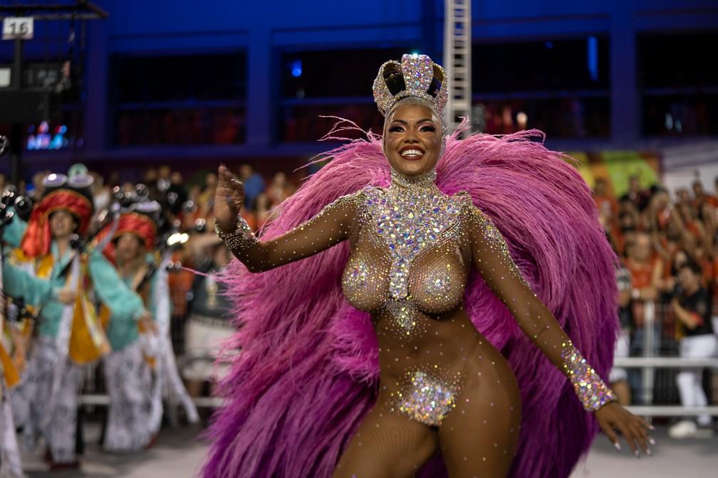 Pâmela Gomes, rainha de bateria da Tom Maior, durante desfile nesta sexta-feira (21) — Foto: Marcelo Brandt/G1