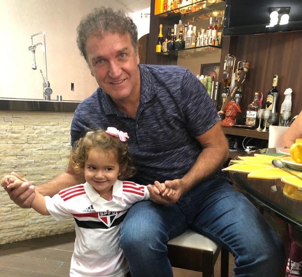 Recentemente, Cuca apareceu com a neta Eloah vestida com a camisa do São Paulo — Foto: Reprodução/Twitter