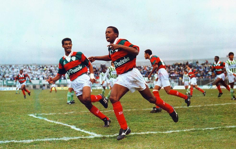 Dener jogando pela Portuguesa em 1992: Reizinho do Canindé comemora gol com lateral Zé Maria — Foto: Djalma Vassao/Agência Estado