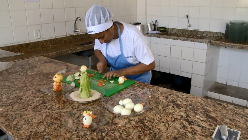 Jackline transforma alimentos em animais na Serra — Foto: Reprodução/TV Gazeta
