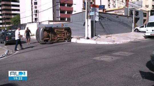 Após colisão, carro capota e deixa três feridos na Praça do Skate, em Maceió