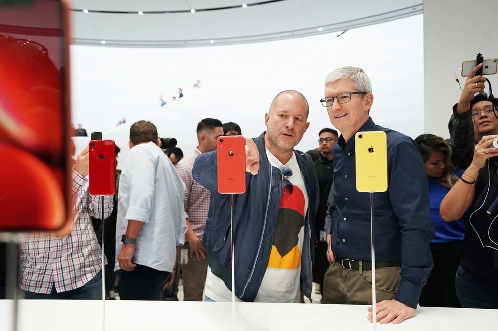 Tim Cook e Jony Ive observam iPhone XR — Foto: Divulgação / Apple