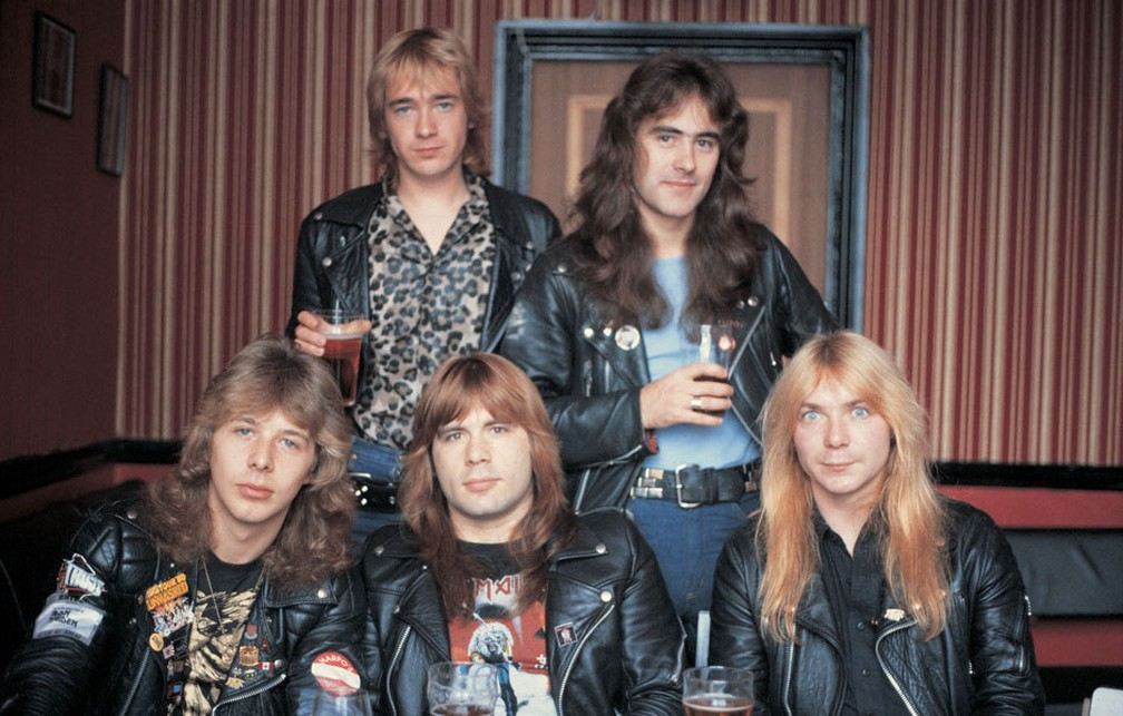 Iron Maiden com Clive Burr, Bruce Dickinson e Dave Murray (na frente); mais Adrian Smith e Steve Harris — Foto: Divulgação