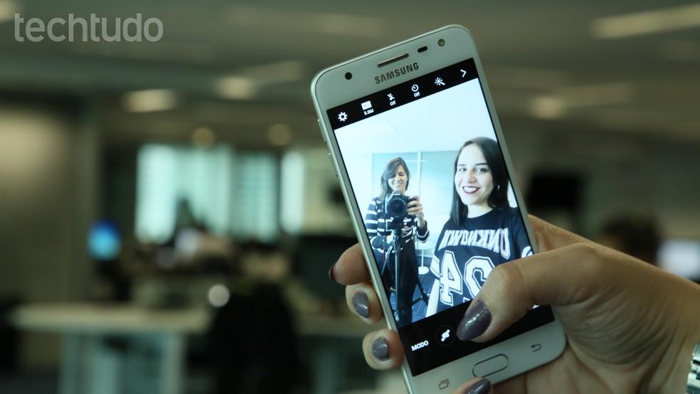 Galaxy J5 Prime tem tela de resolução HD e câmeras de 13 e 5 megapixels (Foto: Luciana Maline/TechTudo)