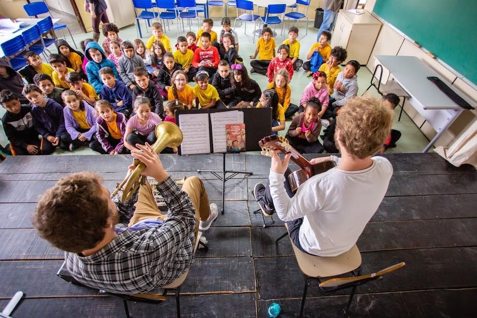 """Álbum é resultado do """"Almanaque da Música Brasileira para Crianças"""", projeto que leva música erudita a escolas municipais de Curitiba. — Foto: Miriane Figueira."""