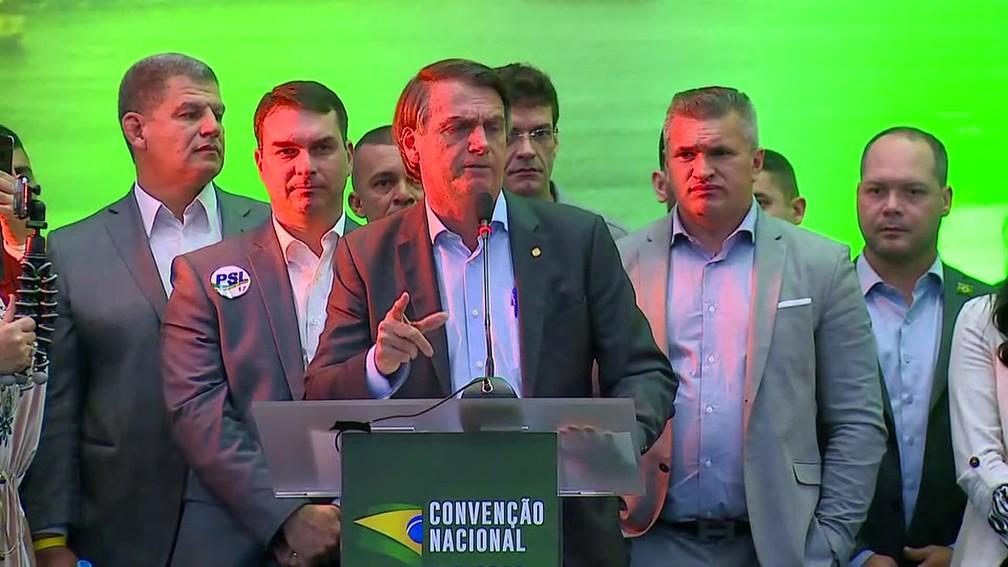 Jair Bolsonaro discursa após aclamado como candidato à Presidência pelo PSL (Foto: Reprodução/TV Globo)