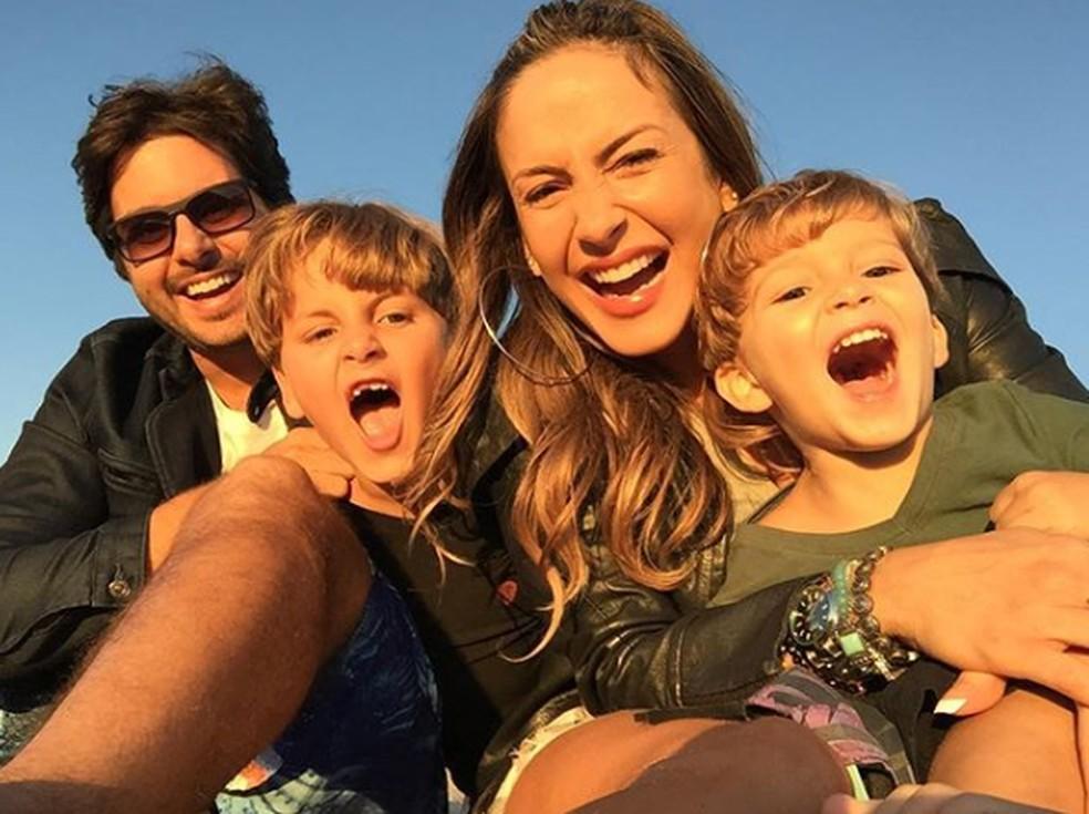 Claudia Leitte com o marido, Marcio Pedreira, e os dois filhos, Davi e Rafael — Foto: Reprodução/Instagram