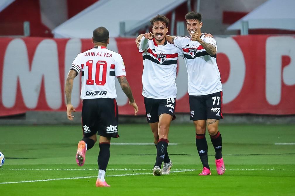 Rigoni, Igor Gomes e Daniel Alves comemoram gol do São Paulo — Foto: Pedro H. Tesch/AGIF