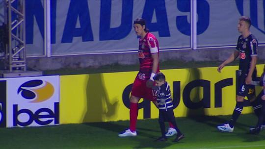 Garotinho com a perna amputada sonha em ser goleiro e conhece o ídolo Cássio, do Corinthians