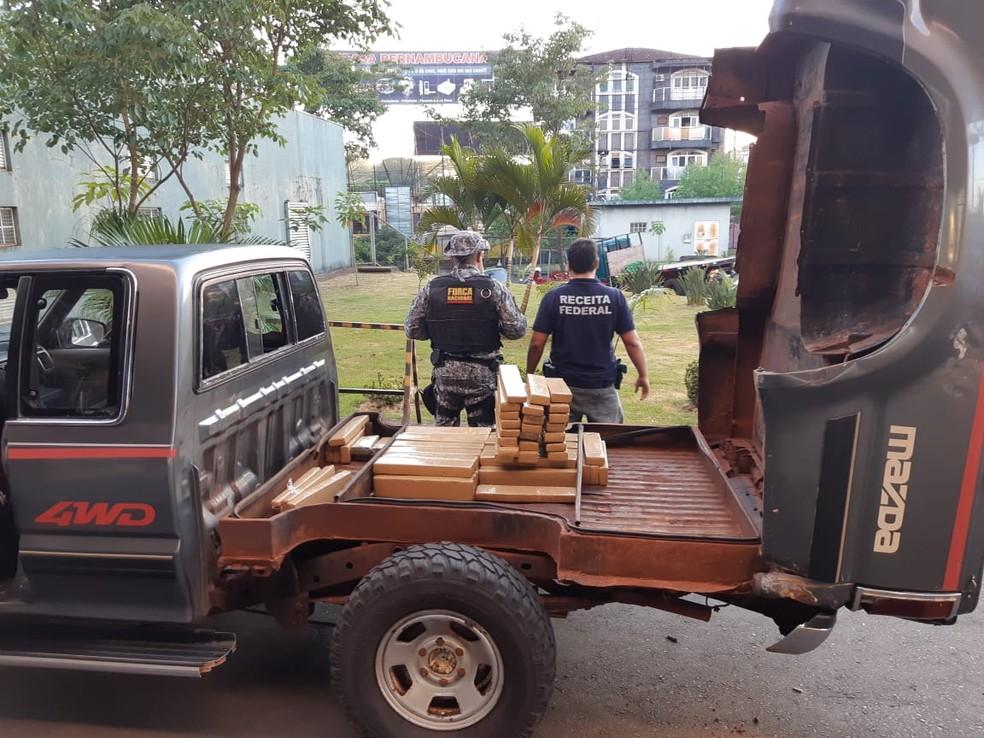 A droga estava escondida em um fundo falso sob a carroceria da caminhonete abordada na aduana da Ponte da Amizade — Foto: Receita Federal/Divulgação