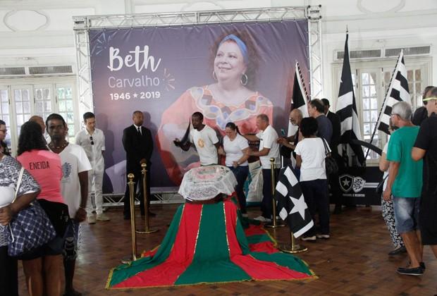 Aberto ao público, velório de Beth Carvalho é realizado na sede do Botafogo de Futebol e Regatas (Foto: Marcos Ferreira/Brazil News)