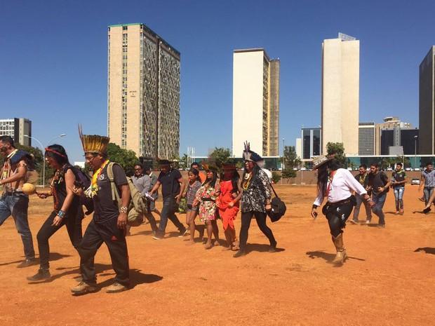 Indígenas marcham no centro de Brasília nesta quarta-feira (13) em protesto contra a indicação de general do Exército para a presidência da Funai (Foto: Alexandre Bastos/G1)