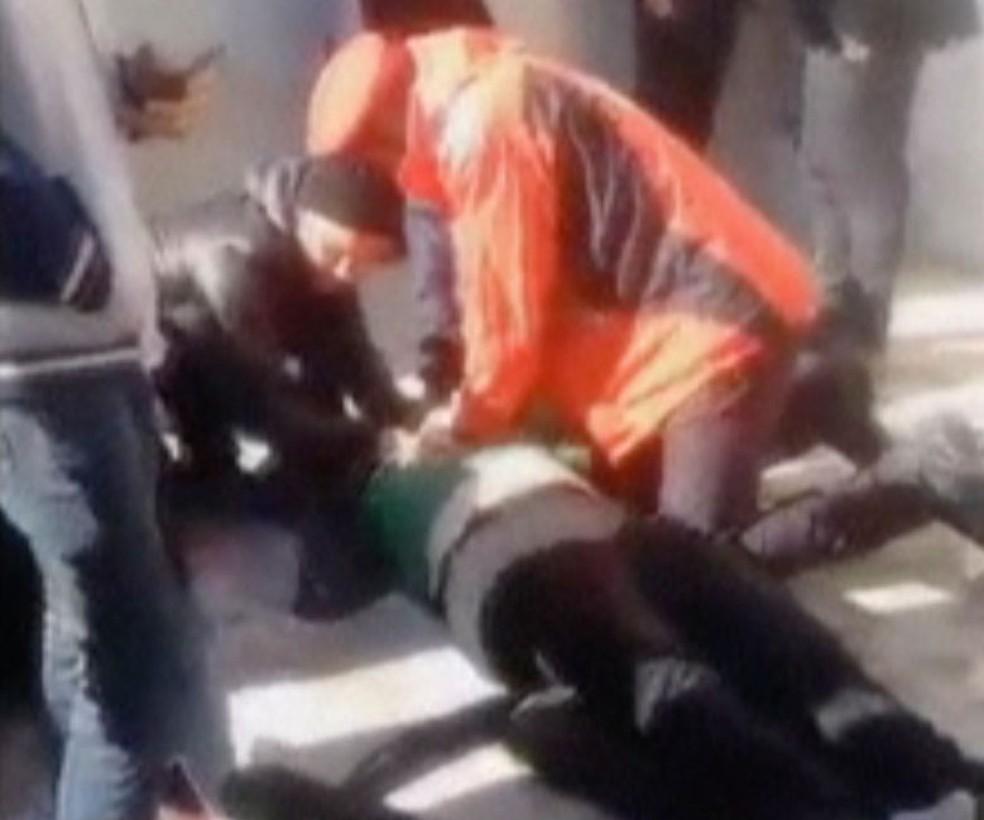 Vítima de tumulto recebe massagem cardíaca durante funeral de general iraniano em Kerman, no Irã, nesta terça-feira (7)  — Foto: Associated Press