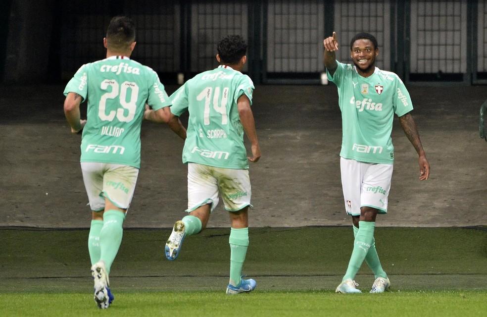A comemoração do terceiro gol de Luiz Adriano pelo Palmeiras contra o Flu — Foto: Marcos Ribolli