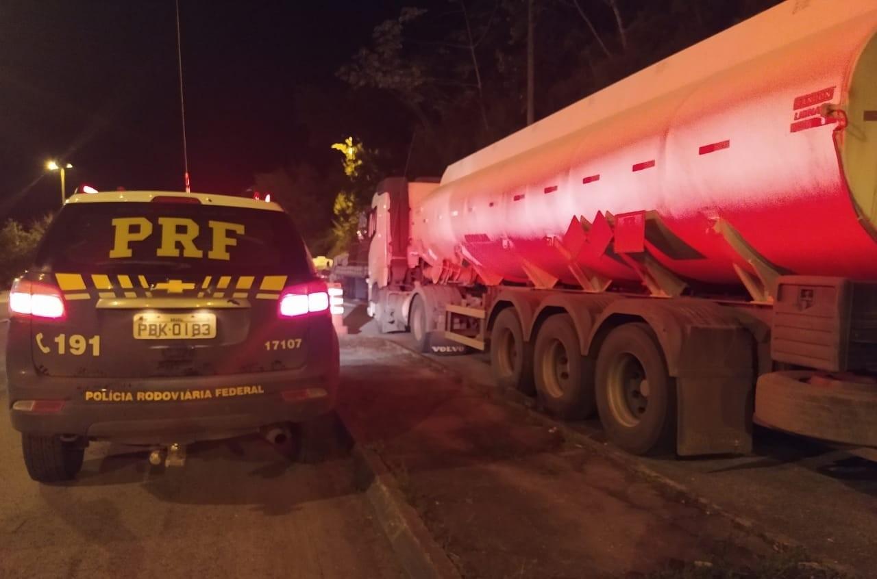 PRF apreende 30 mil litros de etanol transportados com documentação irregular em Juiz de Fora