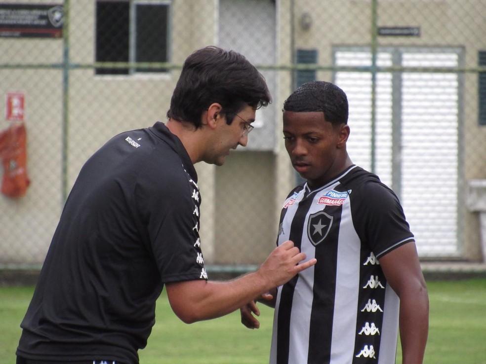 Ricardo Resende, técnico do sub-20, junto de Ênio — Foto: Fabio de Paula/Botafogo