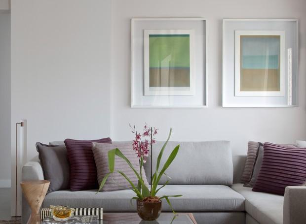 A paleta neutra e elegante ganha pontos de cor nas almofadas (Codex Home) e nas obras de arte do pintor mineiro Celso Orsini (Foto: Luís Gomes)