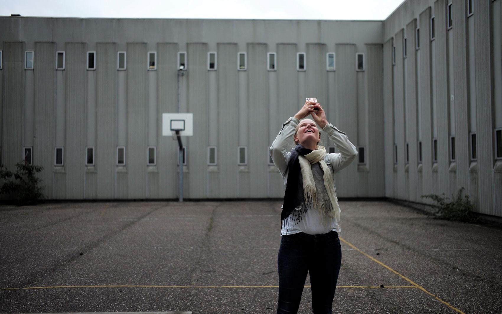 Refugiados operam hotel em antigo presídio em Amsterdã