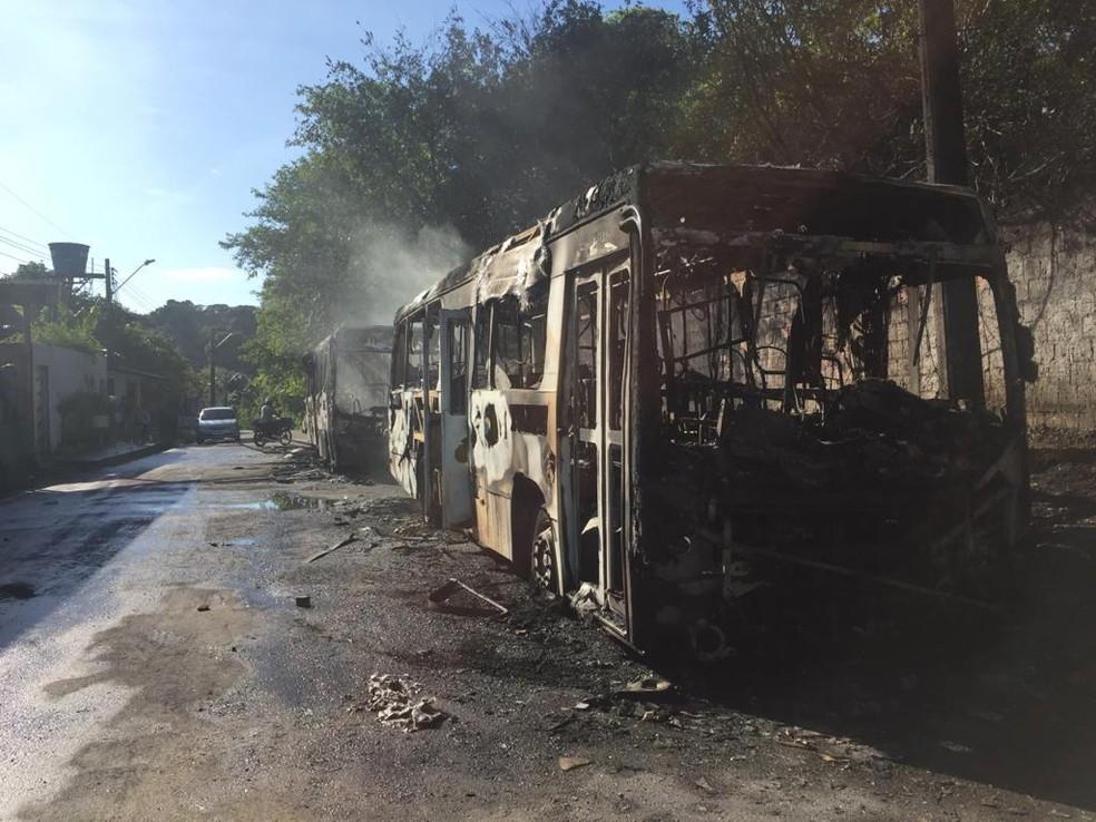 Veículos incendiados em Manaus. — Foto: Leandro Guedes / Rede Amazônica