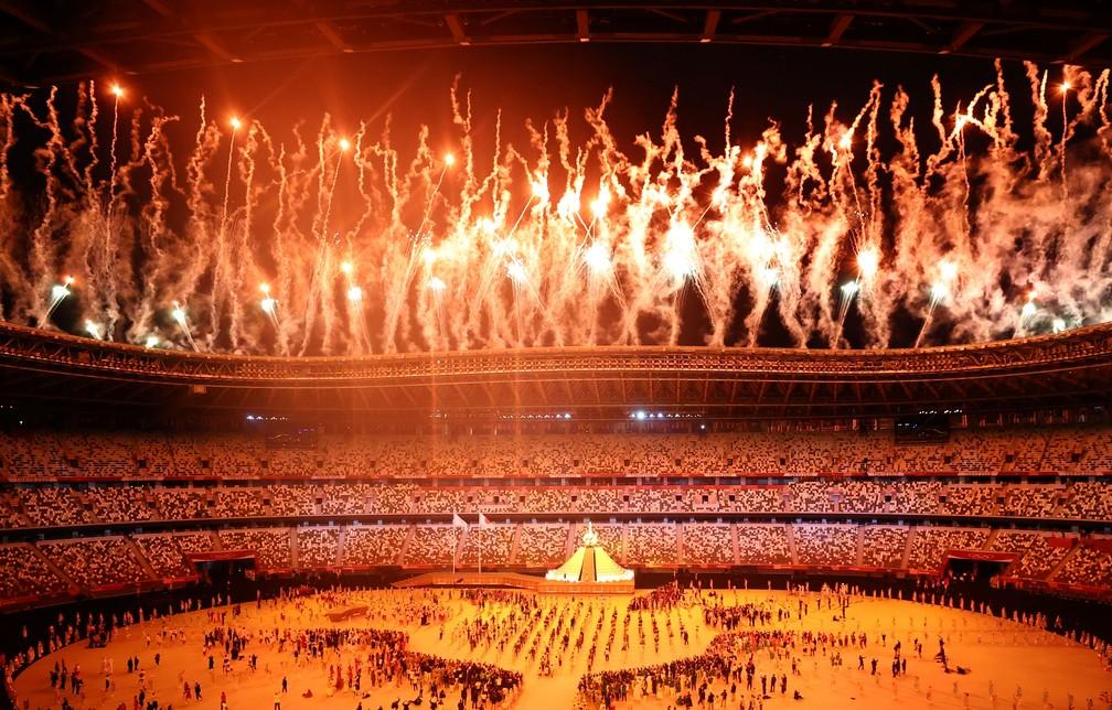 Fogos dourados são lançados após a pira olímpica ser acesa durante a cerimônia de abertura dos Jogos Olímpicos de Tóquio, no Japão — Foto: Marko Djurica/Reuters
