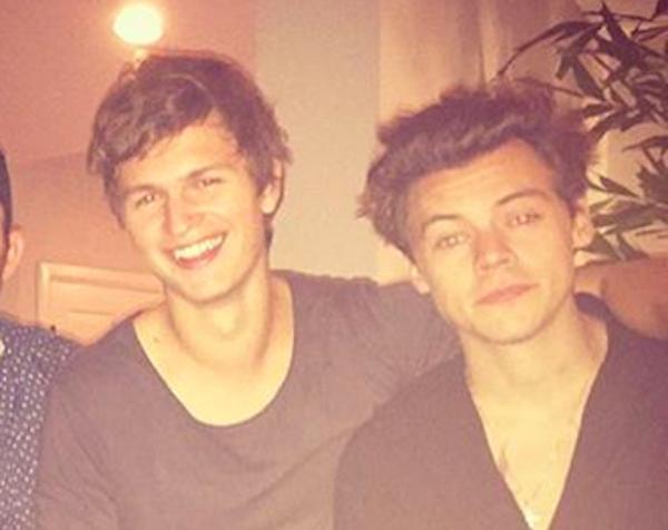 O ator Ensel Elgort com o amigo músico Harry Styles (Foto: Instagram)