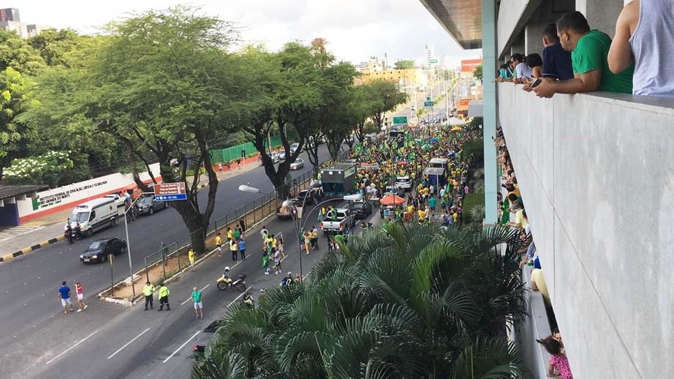 NATAL, 15h30: manifestantes se reúnem na frente do shopping Midway Mall — Foto: Heloísa Guimarães/Inter TV Cabugi