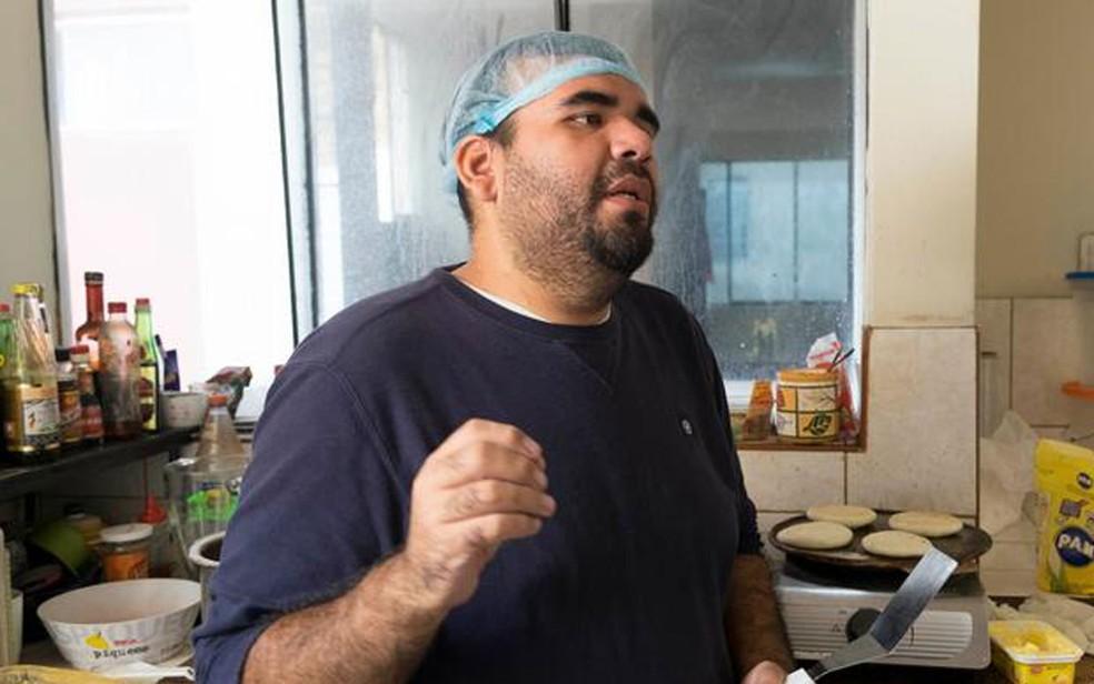 Max Coloma prepara arepas (pão de farinha de milho) em sua cozinha em Lima (Foto: DM/E. Vannes)