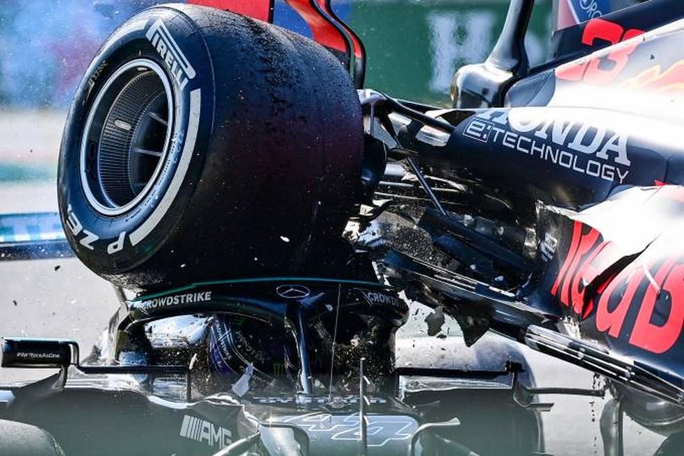 Halo conteve impacto do pneu da RBR sobre a cabeça de Lewis Hamilton no GP da Itália  — Foto: Andrej Isakovic/AFP