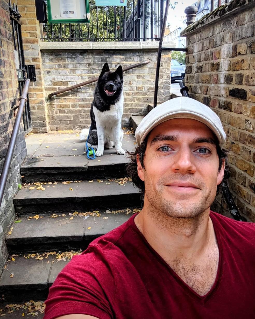 Henry Cavill e o seu cachorro Kal — Foto: Reprodução