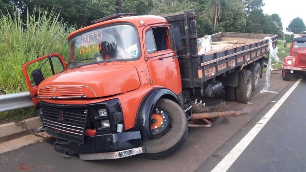 Acidente com carreta deixa um passageiro morto em Itaí — Foto: Corpo de Bombeiros/Divulgação