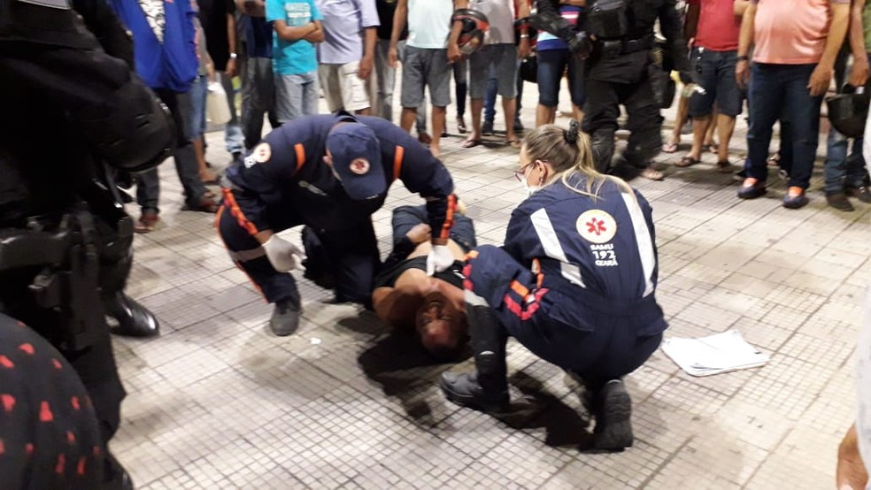 Já rendido pelos policiais, agressor recebeu atendimento médico antes de ser levado para a delegacia — Foto: Divulgação