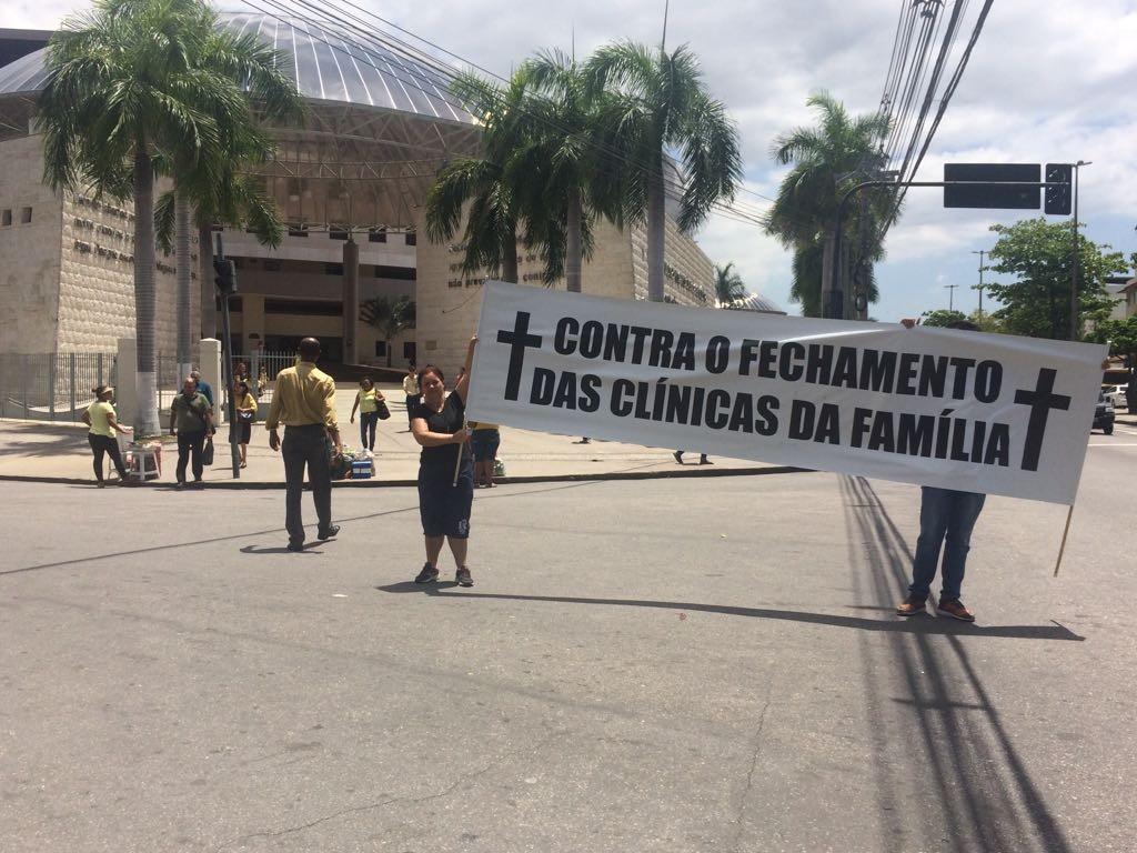 Protesto em frente à sede mundial da Universal, em Del Castilho