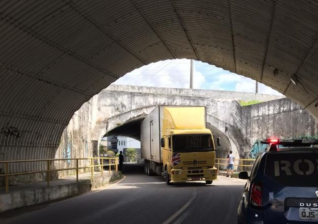 Carreta fica 'entalada' debaixo de viaduto em Florianópolis