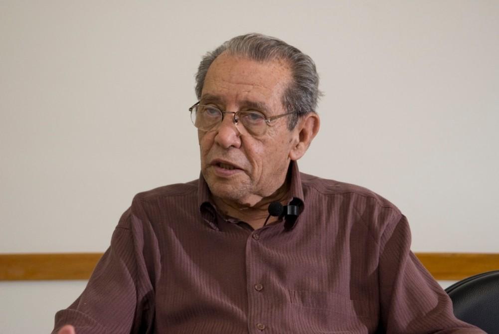 Professor emérito da Unifesp, ele foi pioneiro no estudo da psicofarmacologia, tendo mais de 50 anos de pesquisa na área (Foto: Eduardo César/Pesquisa Fapesp)
