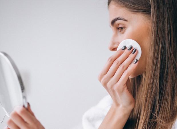 Limpando o rosto (Foto: FreePik)