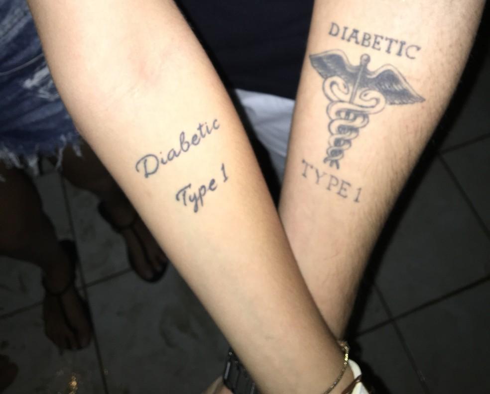 Gêmeos diabéticos da PB tatuaram indicação da doença no antebraço (Foto: Gabriel Costa/G1)