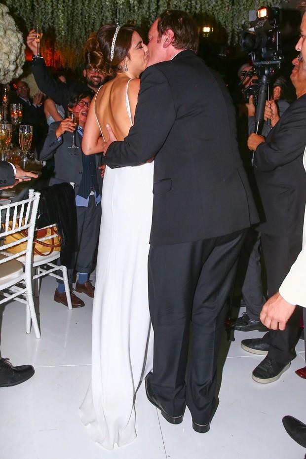 Quentin Tarantino beija a mulher, Daniella Pick (Foto: Backgrid)