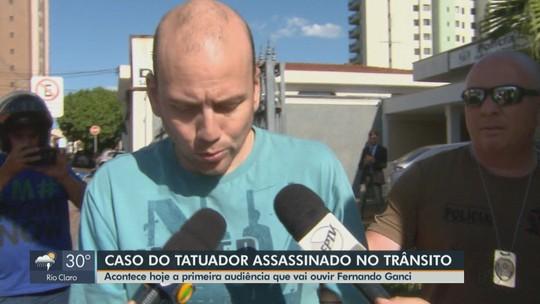 Justiça ouve empresário que confessou matar tatuador a tiros em audiência em São Carlos