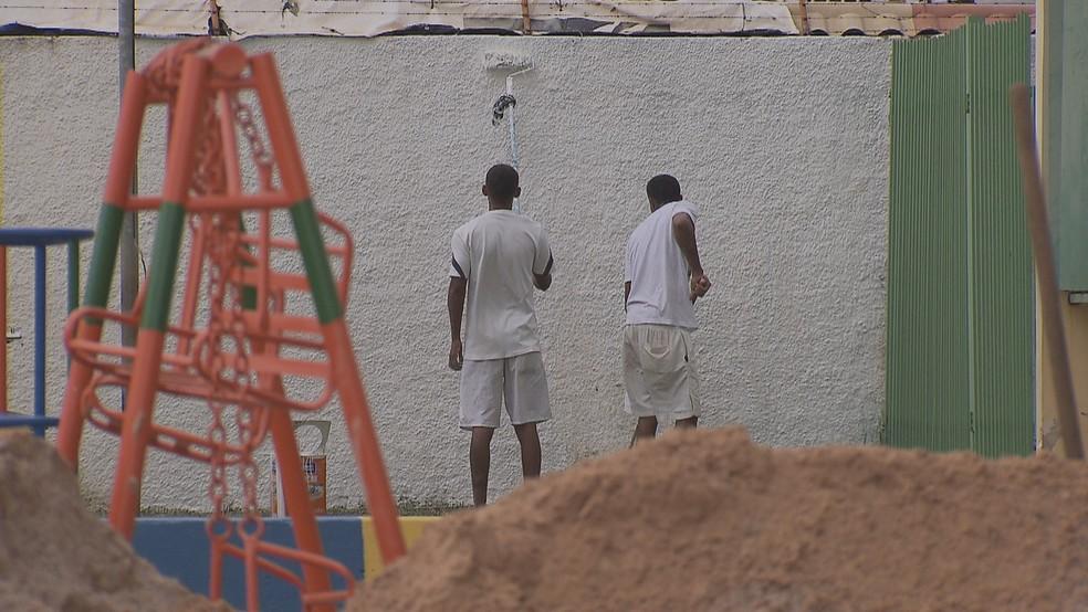 Homens pintam muro do CED 1 na Estrutural após convênio de gestão  compartilhada entre 75eaf95e94071