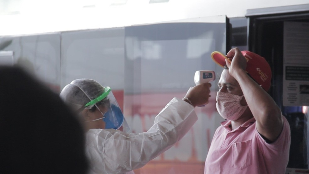 Profissional de saúde medindo temperatura de morador de Vilhena, em Rondônia, duante pandemia da Covid-19 — Foto: Prefeitura de Vilhena/Reprodução