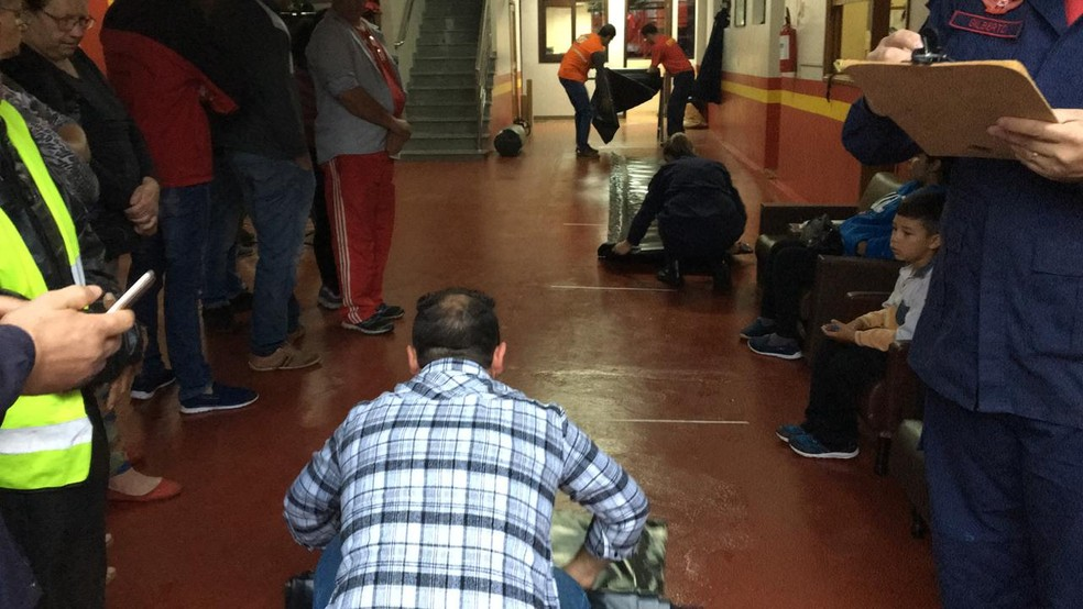 Moradores buscam lonas com a Defesa Civil no RS (Foto: Gabriel Garcia/RBS TV)